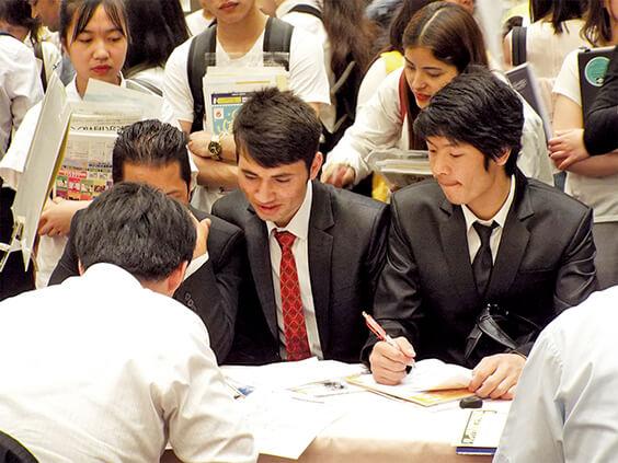 進学説明会に参加する生徒たち