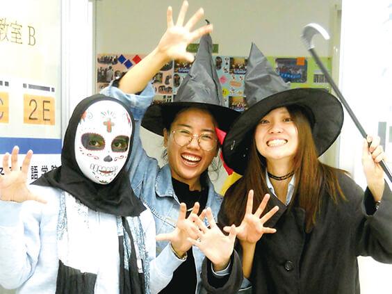 仮装でハロウィンを楽しむ生徒